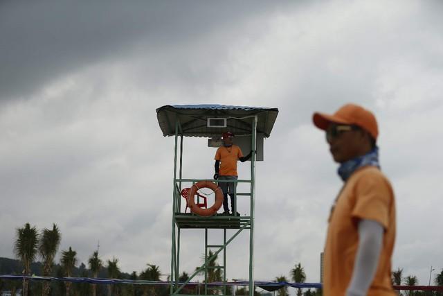 Vì tiện, khách du lịch Hạ Long thản nhiên tắm ở vùng nguy hiểm - Ảnh 8.