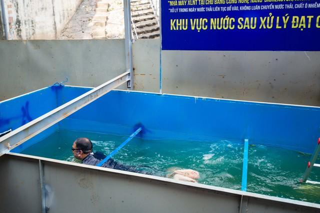 Chuyên gia Nhật Bản rửa mặt, tắm gội giữa sông Tô Lịch - Ảnh 2.