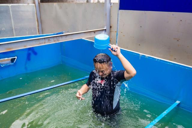 Chuyên gia Nhật Bản rửa mặt, tắm gội giữa sông Tô Lịch - Ảnh 1.