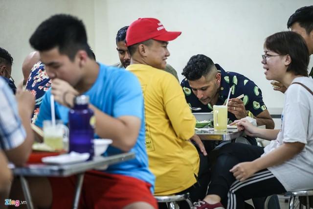 Quán phở miến gà ta chật kín khách từ sáng đến đêm ở Sài Gòn - Ảnh 1.