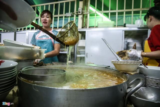 Quán phở miến gà ta chật kín khách từ sáng đến đêm ở Sài Gòn - Ảnh 5.