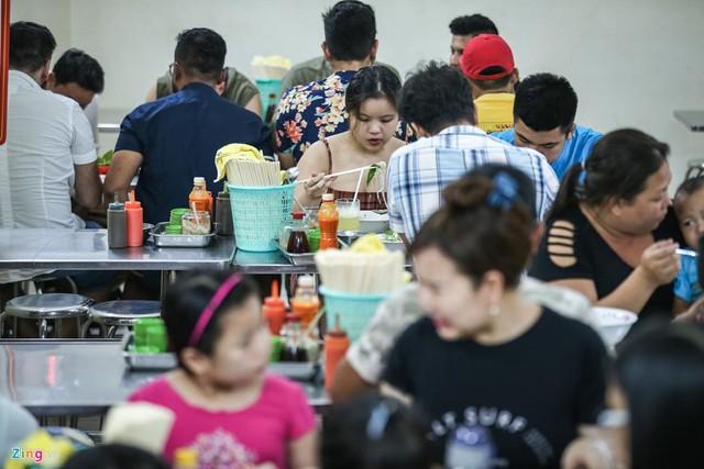 Quán phở miến gà ta chật kín khách từ sáng đến đêm ở Sài Gòn - Ảnh 6.