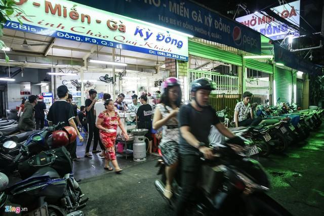Quán phở miến gà ta chật kín khách từ sáng đến đêm ở Sài Gòn - Ảnh 8.