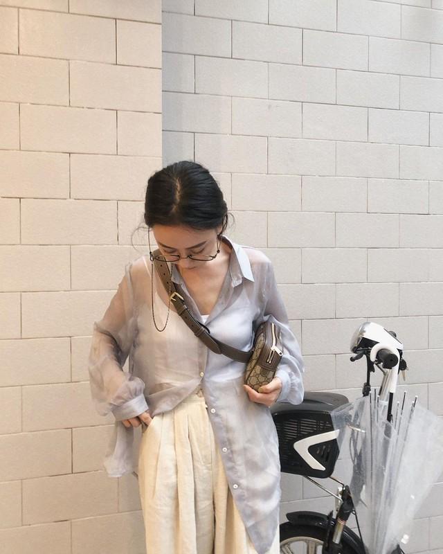 """Mấy nàng sành điệu lại phát minh thêm một kiểu diện áo sơ mi: Mở toang vài cúc dưới để trông thật """"ăn chơi"""", hack chân dài tít tắp - Ảnh 4."""