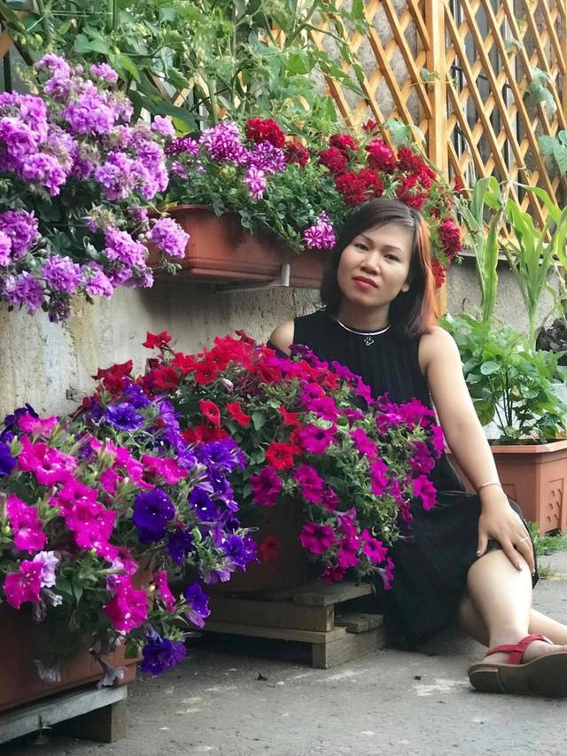 Mẹ đảm ở Czech cải tạo sân bê tông thành khu vườn với bạt ngàn rau củ quả Việt tươi tốt - Ảnh 3.