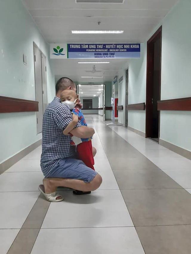 Nước mắt của người cha có con 4 tuổi bị ung thư nguyên bào thần kinh - Ảnh 1.
