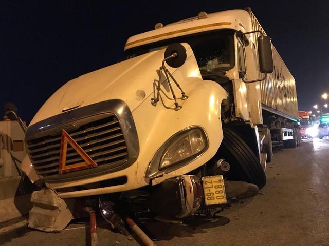 Vụ xe container đâm hàng loạt xe máy trên cầu Thanh Trì: Tài xế lái xe container gây tai nạn khai gì? - Ảnh 2.