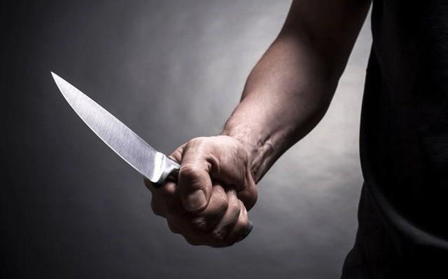 Hà Nội: Mâu thuẫn trong bữa cơm tối, người chồng đâm vợ tử vong - Ảnh 1.