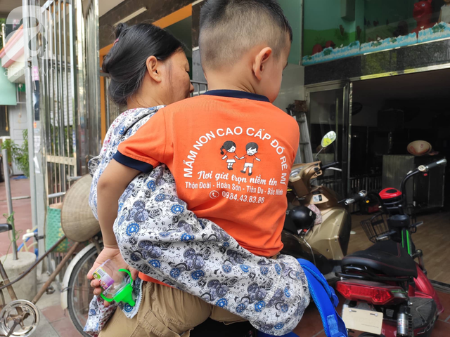 Vụ bé trai 3 tuổi nghi bị bỏ quên suốt 7 tiếng trên xe: Trường mầm non ra thông báo bất ngờ, phụ huynh hoang mang - Ảnh 4.