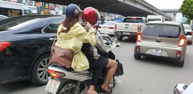 Dòng người tay xách, nách mang trở lại Hà Nội sau kỳ nghỉ Quốc khánh 2/9 - Ảnh 6.