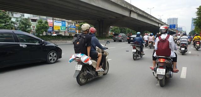 Dòng người tay xách, nách mang trở lại Hà Nội sau kỳ nghỉ Quốc khánh 2/9 - Ảnh 4.
