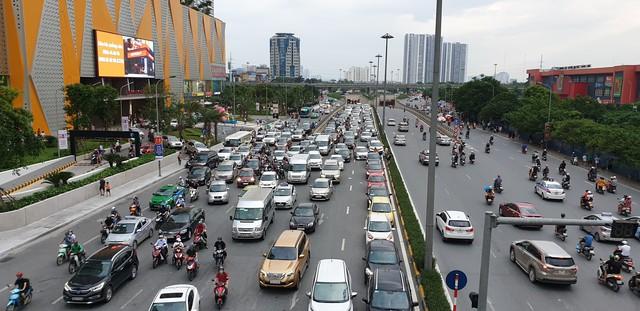 Dòng người tay xách, nách mang trở lại Hà Nội sau kỳ nghỉ Quốc khánh 2/9 - Ảnh 2.