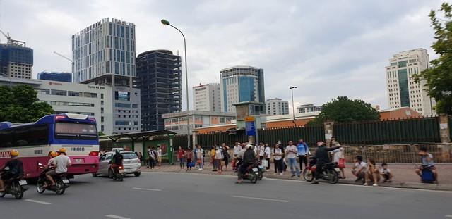 Dòng người tay xách, nách mang trở lại Hà Nội sau kỳ nghỉ Quốc khánh 2/9 - Ảnh 8.