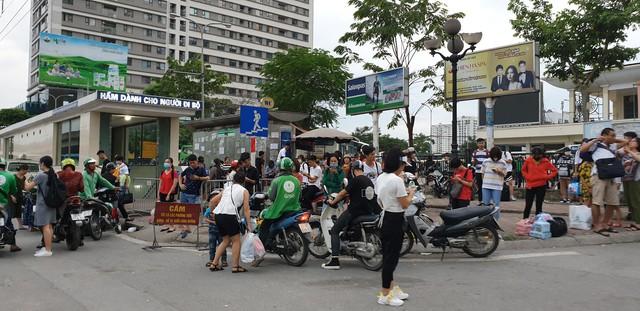 Dòng người tay xách, nách mang trở lại Hà Nội sau kỳ nghỉ Quốc khánh 2/9 - Ảnh 12.