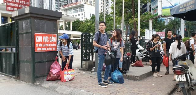 Dòng người tay xách, nách mang trở lại Hà Nội sau kỳ nghỉ Quốc khánh 2/9 - Ảnh 11.