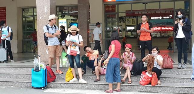 Dòng người tay xách, nách mang trở lại Hà Nội sau kỳ nghỉ Quốc khánh 2/9 - Ảnh 14.