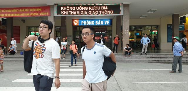 Dòng người tay xách, nách mang trở lại Hà Nội sau kỳ nghỉ Quốc khánh 2/9 - Ảnh 13.