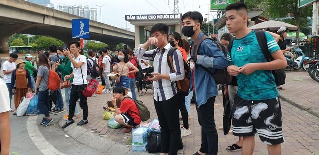Dòng người tay xách, nách mang trở lại Hà Nội sau kỳ nghỉ Quốc khánh 2/9 - Ảnh 10.