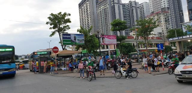 Dòng người tay xách, nách mang trở lại Hà Nội sau kỳ nghỉ Quốc khánh 2/9 - Ảnh 9.