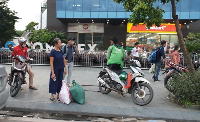 Dòng người tay xách, nách mang trở lại Hà Nội sau kỳ nghỉ Quốc khánh 2/9 - Ảnh 17.