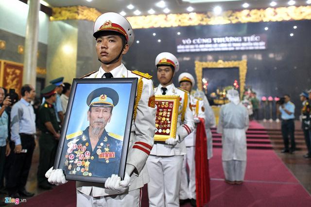 Xúc động tiễn đưa anh hùng phi công Nguyễn Văn Bảy về quê nhà - Ảnh 9.