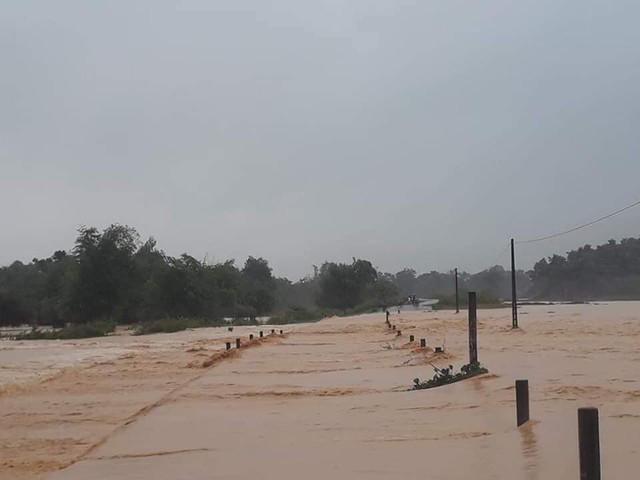 Mưa lớn kéo dài, nhiều huyện miền núi Hà Tĩnh bị ngập sâu, chia cắt cục bộ - Ảnh 2.