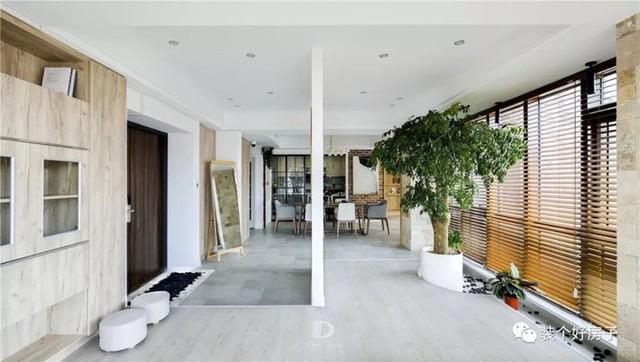 Ngôi nhà ngập tràn cây xanh của cặp vợ chồng trẻ, ấn tượng nhất là lối vào nhà - Ảnh 2.