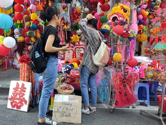 Vì sao các cửa hàng bán đồ chơi Trung thu tại phố Hàng Mã cấm người dân chụp ảnh? - Ảnh 2.