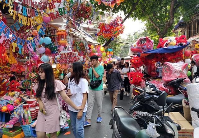 Vì sao các cửa hàng bán đồ chơi Trung thu tại phố Hàng Mã cấm người dân chụp ảnh? - Ảnh 3.
