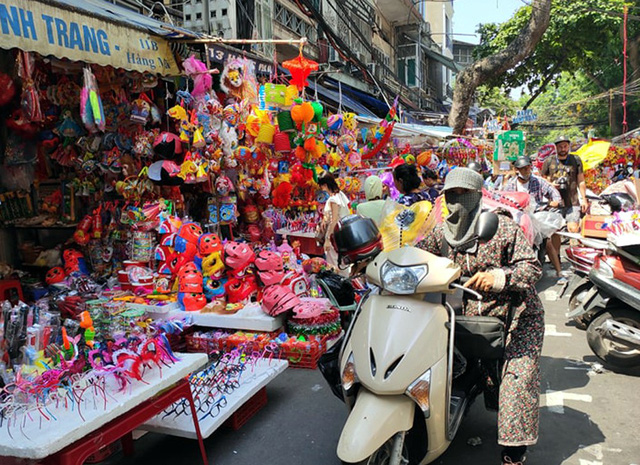 Vì sao các cửa hàng bán đồ chơi Trung thu tại phố Hàng Mã cấm người dân chụp ảnh? - Ảnh 9.