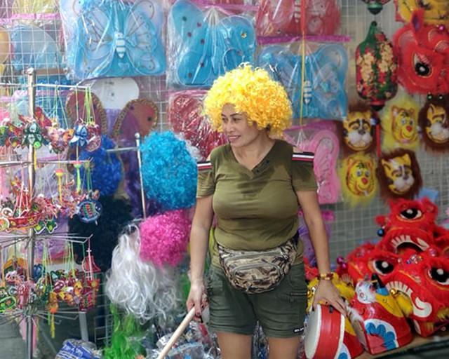 Vì sao các cửa hàng bán đồ chơi Trung thu tại phố Hàng Mã cấm người dân chụp ảnh? - Ảnh 13.