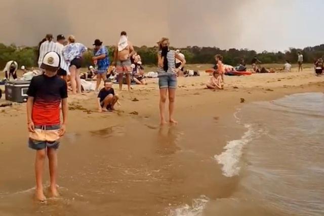 Thế giới bước sang năm mới 2020 trong pháo hoa và cháy rừng - Ảnh 3.