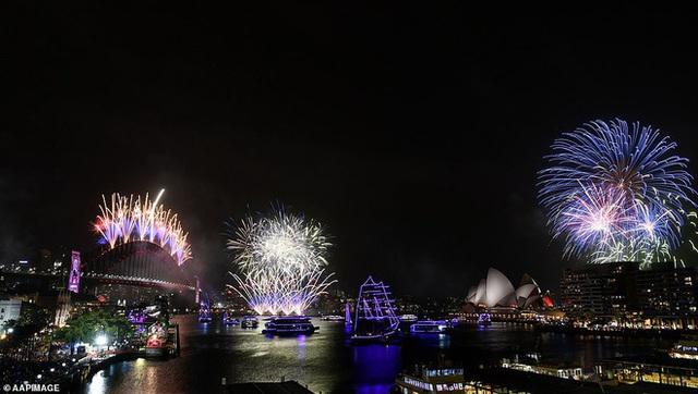 Thế giới bước sang năm mới 2020 trong pháo hoa và cháy rừng - Ảnh 35.