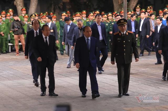 Người dân thôn Hoành đến viếng 3 chiến sĩ hy sinh tại Đồng Tâm - Ảnh 1.