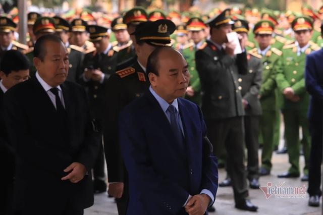 Người dân thôn Hoành đến viếng 3 chiến sĩ hy sinh tại Đồng Tâm - Ảnh 2.