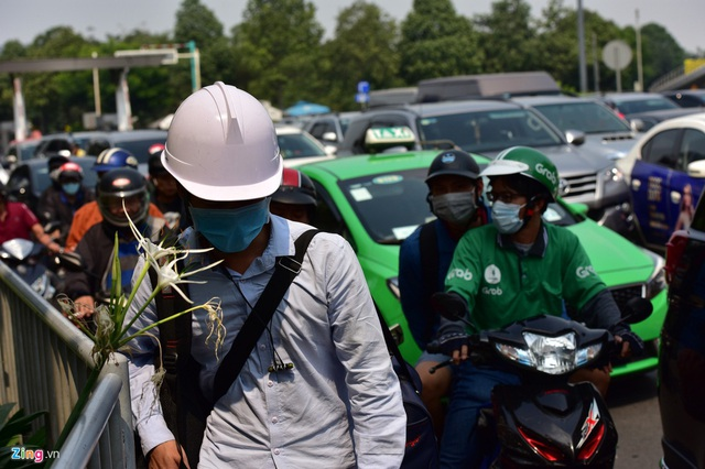 Cửa ngõ sân bay Tân Sơn Nhất kẹt xe kinh hoàng ngày giáp Tết - Ảnh 13.