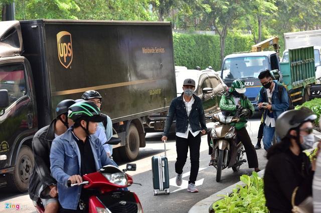 Cửa ngõ sân bay Tân Sơn Nhất kẹt xe kinh hoàng ngày giáp Tết - Ảnh 14.