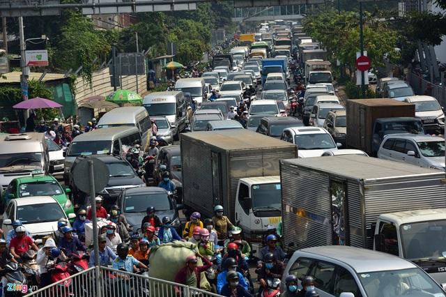 Cửa ngõ sân bay Tân Sơn Nhất kẹt xe kinh hoàng ngày giáp Tết - Ảnh 3.