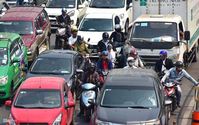 Cửa ngõ sân bay Tân Sơn Nhất kẹt xe kinh hoàng ngày giáp Tết - Ảnh 4.
