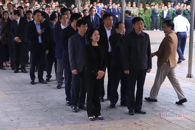 Người dân thôn Hoành đến viếng 3 chiến sĩ hy sinh tại Đồng Tâm - Ảnh 5.