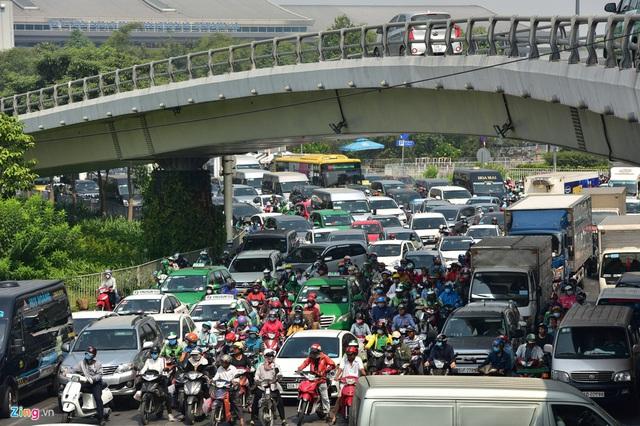Cửa ngõ sân bay Tân Sơn Nhất kẹt xe kinh hoàng ngày giáp Tết - Ảnh 5.