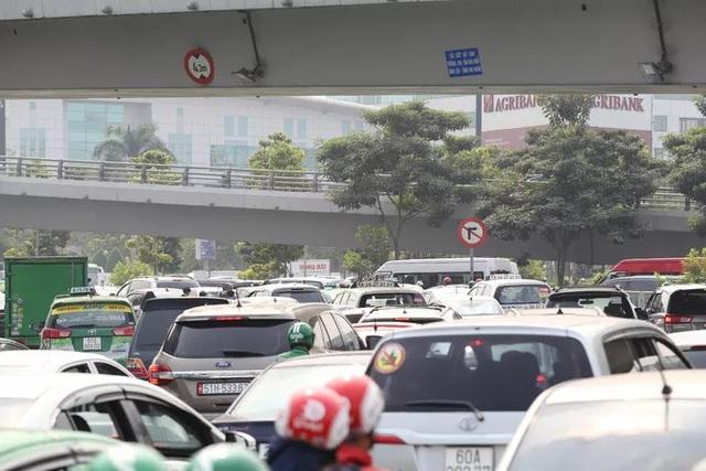 Cửa ngõ sân bay Tân Sơn Nhất kẹt xe kinh hoàng ngày giáp Tết - Ảnh 7.