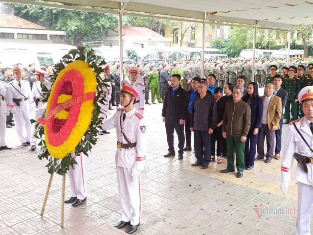 Người dân thôn Hoành đến viếng 3 chiến sĩ hy sinh tại Đồng Tâm - Ảnh 9.