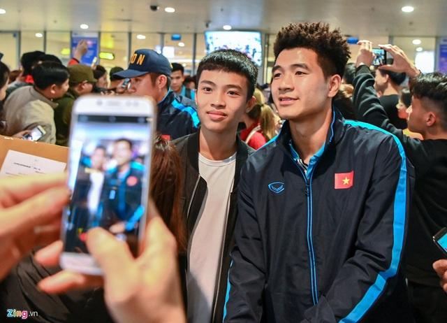 U23 Việt Nam được người hâm mộ chào đón sau thất bại - Ảnh 3.