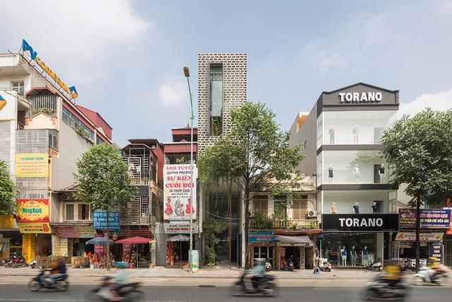 Ngôi nhà với thiết kế 2 lớp mặt tiền chống khói bụi ở Hà Nội - Ảnh 1.