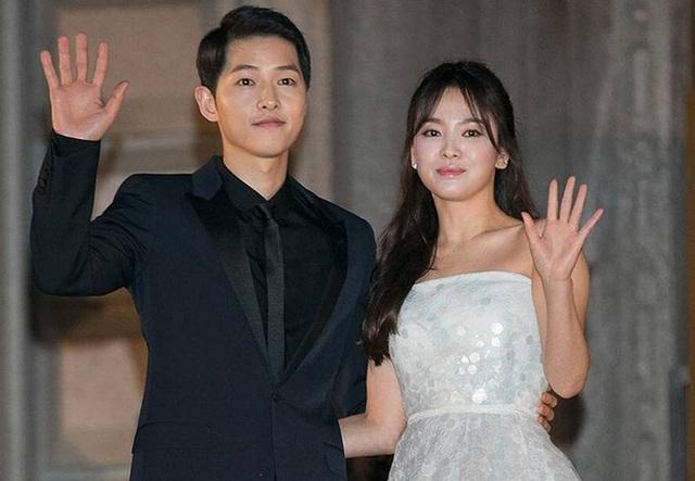 Giữa lúc Song Hye Kyo bị khơi lại chuyện yêu Hyun Bin và Bi Rain, Song Joong Ki lại rạng rỡ chụp hình cùng gái đẹp - Ảnh 2.