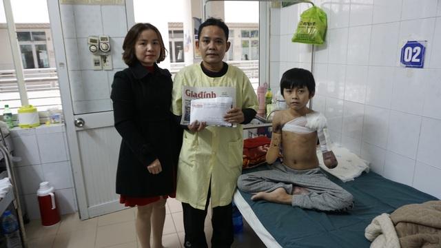 Cậu bé cụt hai tay sau điện giật Nguyễn Nhật Long phải ăn Tết ở bệnh viện - Ảnh 3.