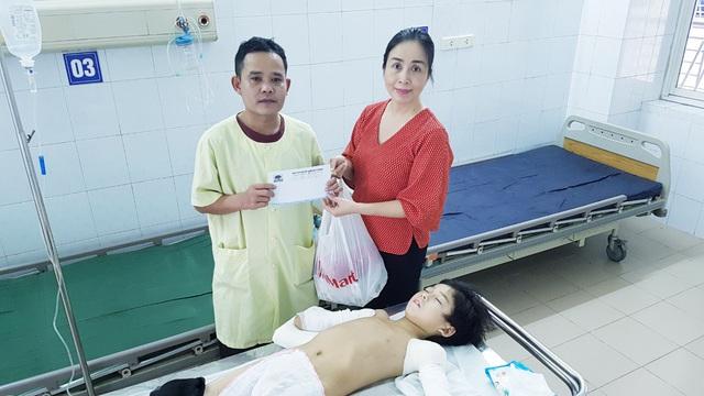 Cậu bé cụt hai tay sau điện giật Nguyễn Nhật Long phải ăn Tết ở bệnh viện - Ảnh 4.