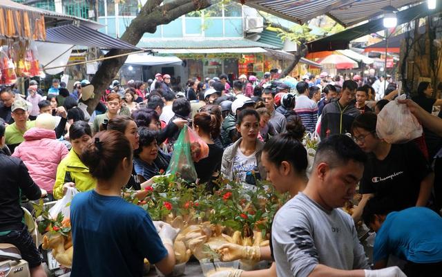 Người Hà Nội chen chân trong phiên chợ cuối cùng của năm - Ảnh 1.