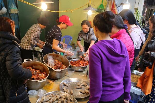 Người Hà Nội chen chân trong phiên chợ cuối cùng của năm - Ảnh 6.